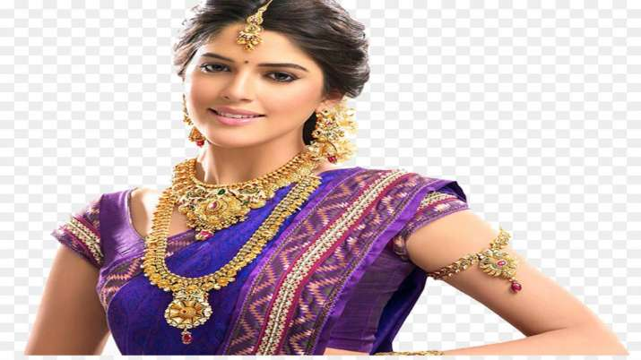 Gold loses sheen, falls Rs 425 on lacklustre demand; silver slips Rs 690- India TV Paisa