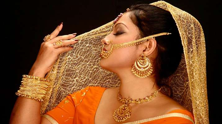 Gold nears Rs 40,000; silver soars Rs 2,110- India TV Paisa