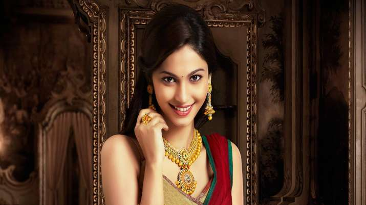 Gold retouches all-time high mark of Rs 38,470 on jewellers' buying- India TV Paisa