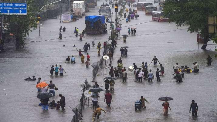 देश के अधिकांश हिस्सों में भारी बारिश; कर्नाटक, महाराष्ट्र में स्थिति गंभीर- India TV