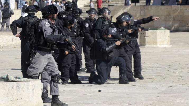 Palestinians and Israeli police clash at Al-Aqsa Mosque, 14 injured | AP- India TV