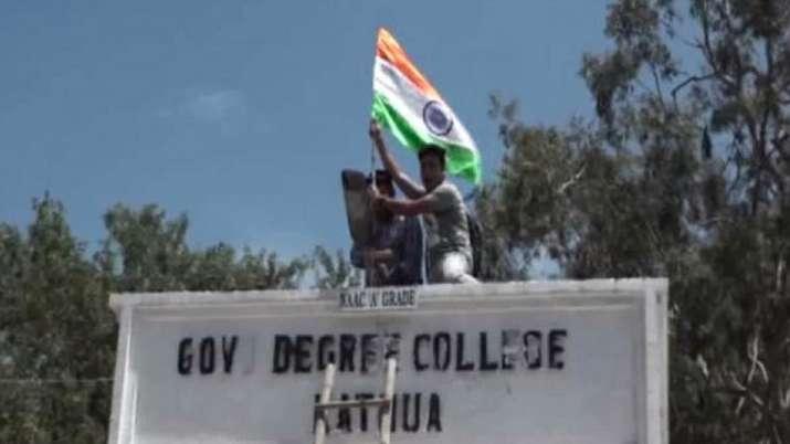 कश्मीर में पटरी पर लौट रही ज़िदंगी, जम्मू में खुले स्कूल; कठुआ में लहराया तिरंगा- India TV