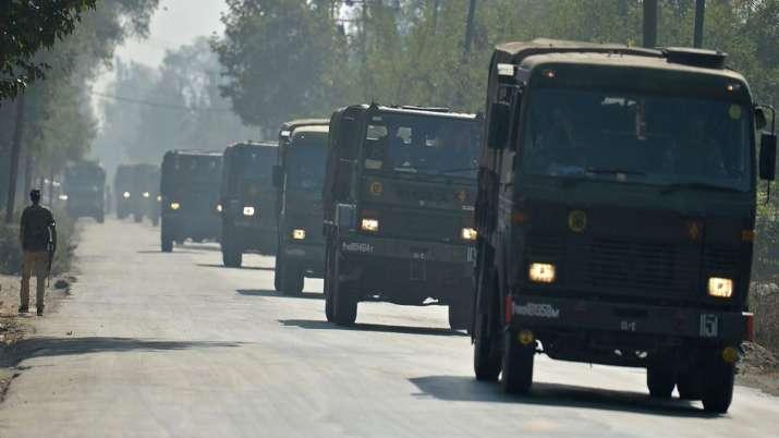 कश्मीर में बड़े एक्शन का काउंटडाउन! श्रीनगर जा रही फ्लाइट से विदेशी यात्रियों को उतारा गया- India TV