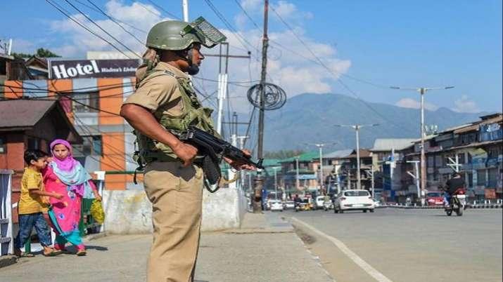 कश्मीर में पटरी पर वापस लौटी ज़िंदगी, टूरिज्म डिपार्टमेंट ने खोला एयर टिकट के लिए सेंटर- India TV