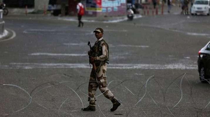 जुमे की नमाज के मद्देनजर कश्मीर घाटी में एहतियाती तौर फिर लगे प्रतिबंध - India TV