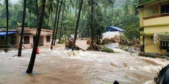 देश के कई हिस्सों में तेज बारिश और बाढ़ से हालात गंभीर, महाराष्ट्र में दो लाख लोग विस्थापित - India TV
