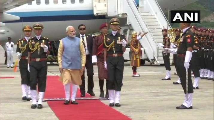 पीएम मोदी दो दिवसीय यात्रा पर भूटान पहुंचे, हवाई अड्डे पर हुआ जोरदार स्वागत- India TV