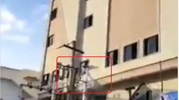 साहो का पोस्टर लगा रहे प्रभास के फैन को लगा बिजली का झटका- India TV