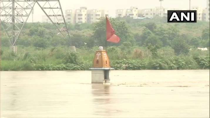 Water from overflowing Yamuna river enters Nigambodh Ghat- India TV