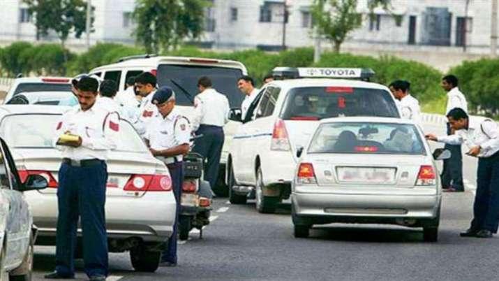 ट्रैफिक नियमों को...- India TV