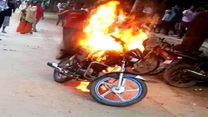 पुलिसवाले ने काटा चालान तो सवार ने बाइक में हीं लग दी आग- India TV