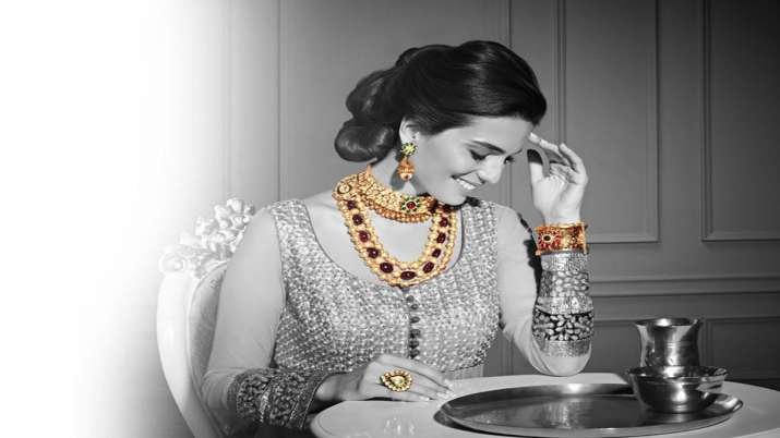 Gold drops by Rs 215 on strong rupee, tepid global cue- India TV Paisa