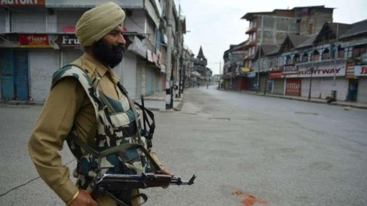 किश्तवाड़ में आतंकवादियों ने पीडीपी नेता के पीएसओ से राइफल छीनी, शहर में कर्फ्यू- India TV
