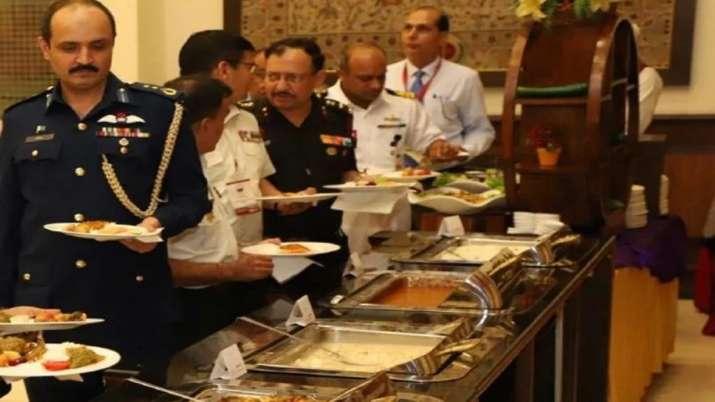 SCO बैठक से बनाई दूरी लेकिन रात के अंधेरे में खाना खाने पहुंच गए पाकिस्तानी अधिकारी, जमकर उड़ रहा मज- India TV