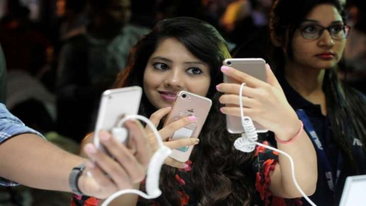 Report claims Worldwide smartphone sales will fall by 3.2 percent- India TV Paisa