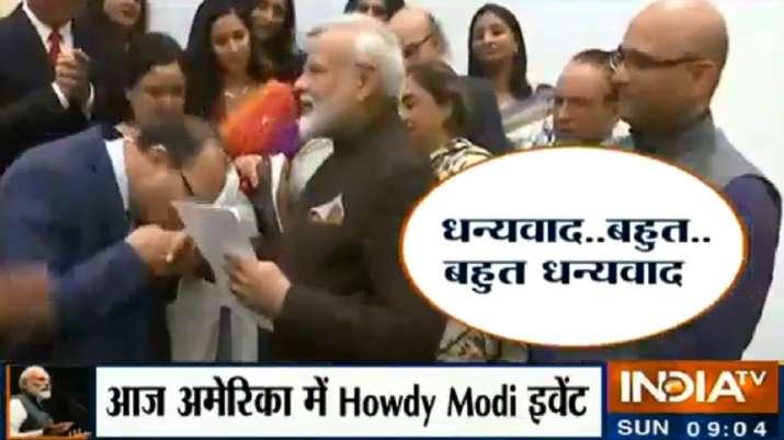 अमेरिका में रह रहे कश्मीरी पंडित ने चूमा पीएम मोदी का हाथ- India TV
