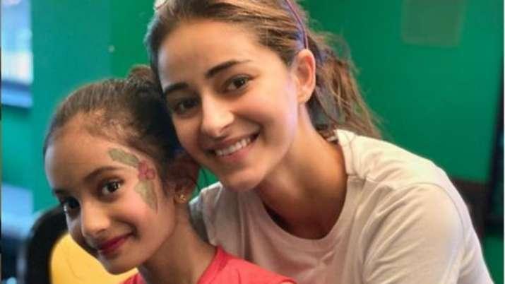 ananya panday turns a makeup artist- India TV