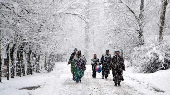 कश्मीर में सीज़न का पहली बर्फबारी के साथ सर्दियों का आगमन, सैलानियों की मस्ती- India TV