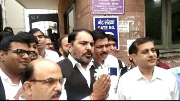 Lawyers distributes flowers to peoples in Saket Court complex- India TV