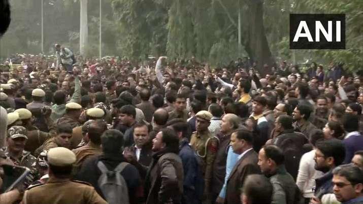 Protest of teachers at Delhi University, HRD Ministry...- India TV