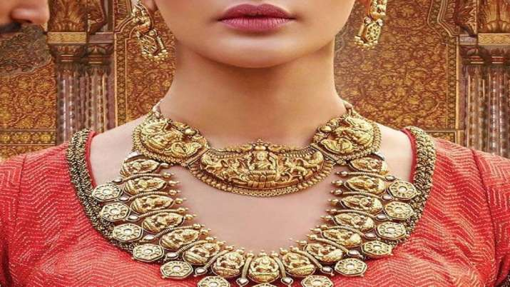 Gold falls Rs 74, silver tumbles Rs 771- India TV Paisa