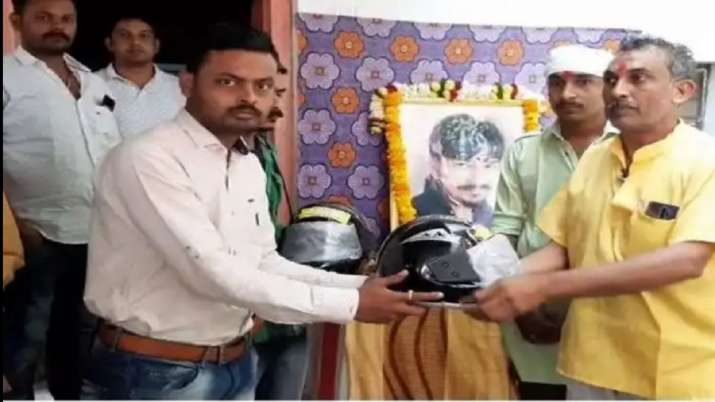 Father distributes helmets in funeral of son- India TV