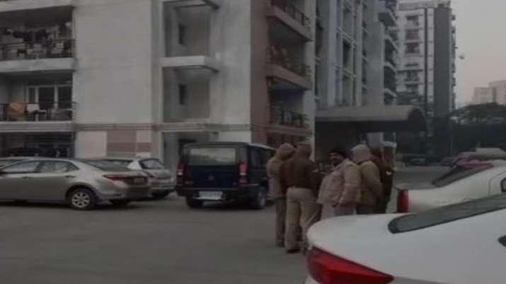 घर में सो रहे बच्चों को गला दबाकर मारने के बाद पति-पत्नी ने लगाई 8वीं मंजिल से छलांग- India TV