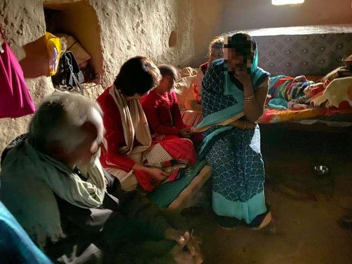 प्रियंका गांधी ने उन्नाव पीड़िता के परिजनों से की मुलाकात, कहा-परिवार को किया जा रहा है परेशान- India TV