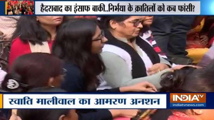 हैदराबाद गैंगरेप-हत्या मामला: देश में बढ़ते आक्रोश के बीच अनशन पर बैठी स्वाति मालीवाल- India TV