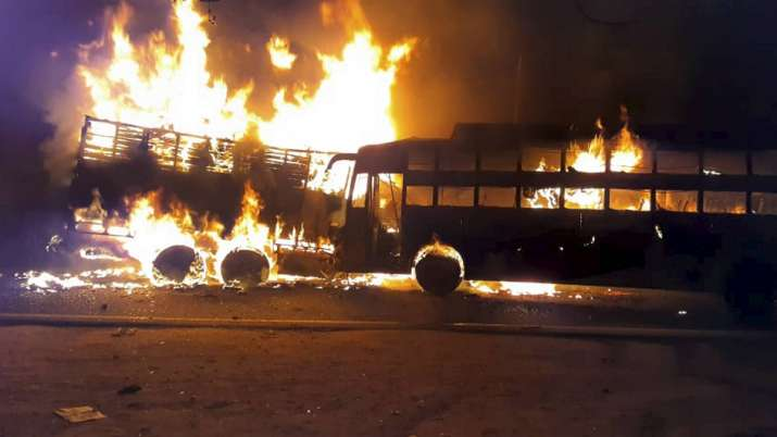 Fire broke out after collision of bus-truck on GT Road at Kannauj.- India TV