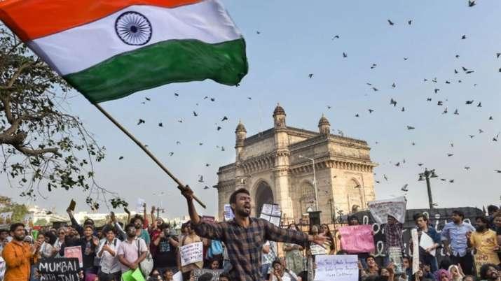 जेएनयू हिंसा: गेटवे ऑफ इंडिया से हटाए जाने के बाद प्रदर्शन खत्म- India TV