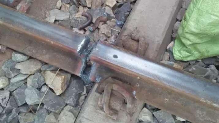 लव मैरेज से परेशान शख्स ने काटा रेलवे ट्रैक- India TV