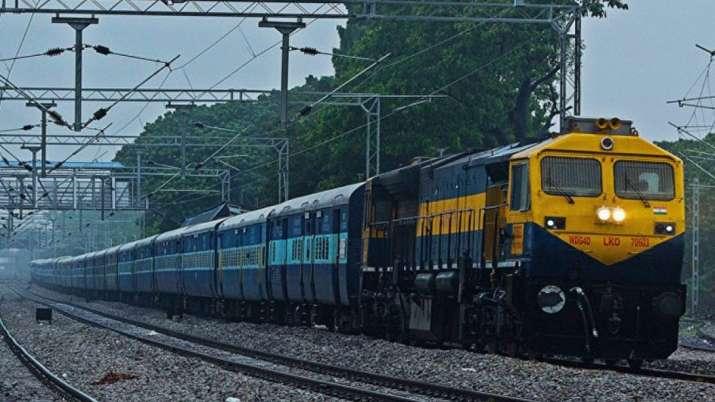 ट्रेन में महिला ने दिया जुड़वा बच्चे को जन्म- India TV