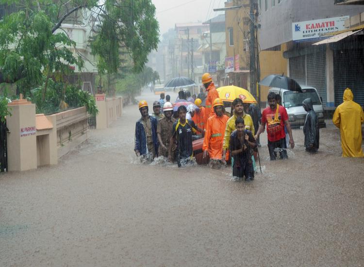 ज्यादातर सड़कों में घुटनों तक पानी भर गया। लोगों के घरों और दुकानों में पानी भर गया।