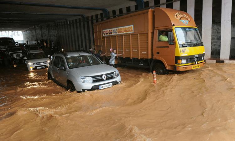 कर्नाटक के मेंगलुरु में आज बारिश के चलते कई इलाकों में पानी भर गया। सुबह 9 बजे शुरू दोपहर तक लगातार बारिश हुई।